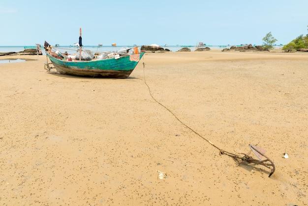 Bateau de pêche à marée basse