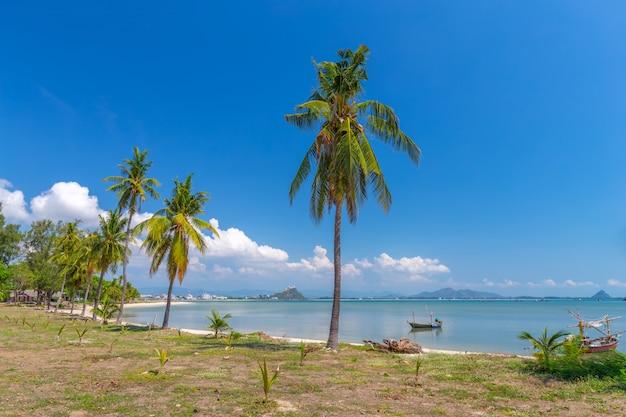 Bateau de pêche en mer d'andaman en thaïlande