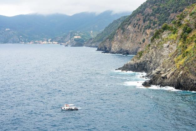 Bateau de pêche et des montagnes vertes, vernazza, cinque terre, italie