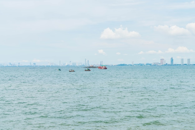 Bateau de pêche en océan