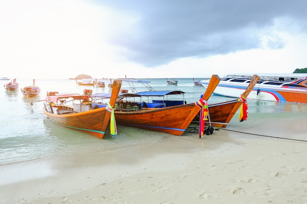 Bateau de pêche sur la plage, île de lipe. thaïlande