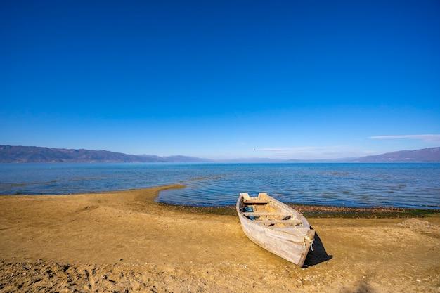 Bateau de pêche à pogradec, lac d'ohrid.