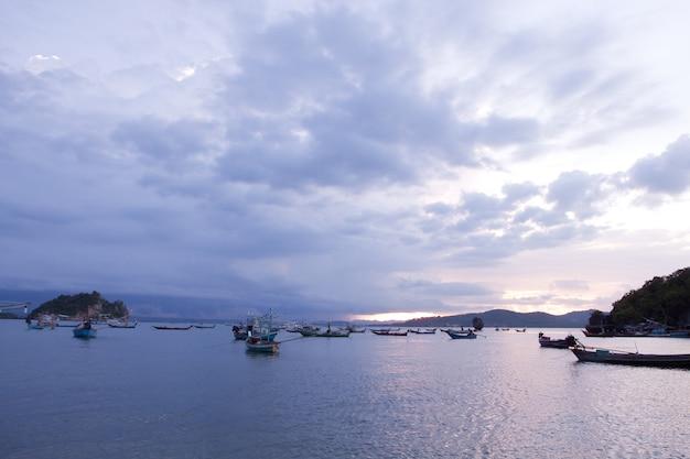 Bateau de pêche sur les rivages du soir.