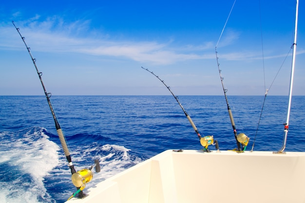Bateau de pêche à la traîne en mer d'un bleu profond