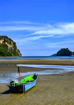 Bateau de pêche de travail sur la plage de dungeness sur la côte du kent