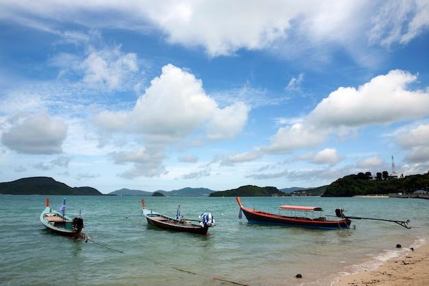 Bateau de pêche vide dans la mer
