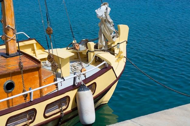 Bateau de pêche vintage dans le port