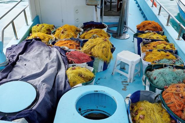 Bateau de pêcheur plein de poissons dans un port