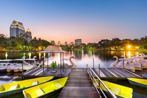 Bateau à pédales de canard dans le parc lumphini en thaïlande