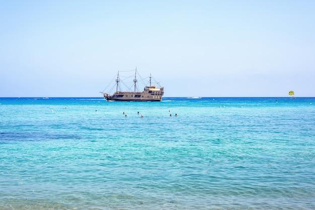 Bateau de pirate et mer à chypre