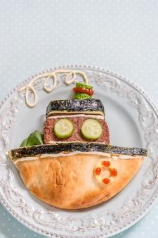 Bateau pita de bateau avec escalope de burger pour le déjeuner des enfants