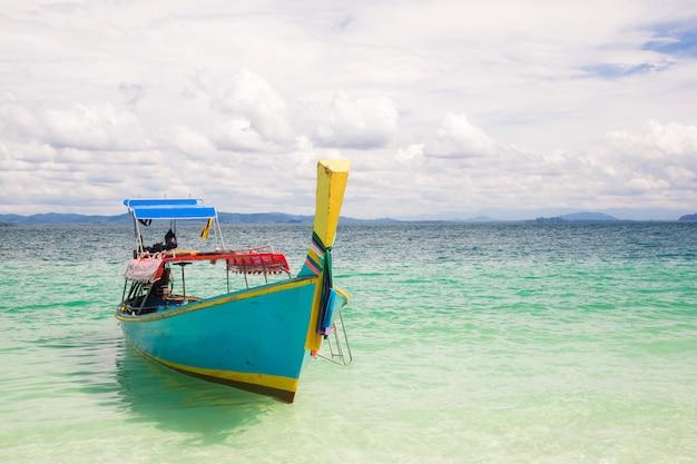 Bateau sur la plage d'andaman