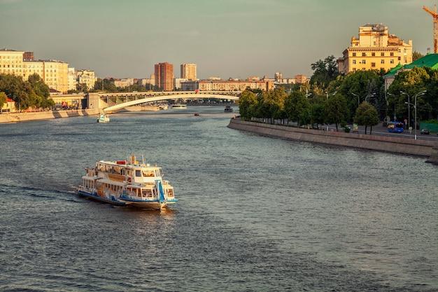 Bateau de plaisance avec des gens se reposant sur la rivière.