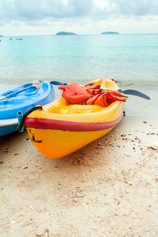 Bateau en plastique sur la plage