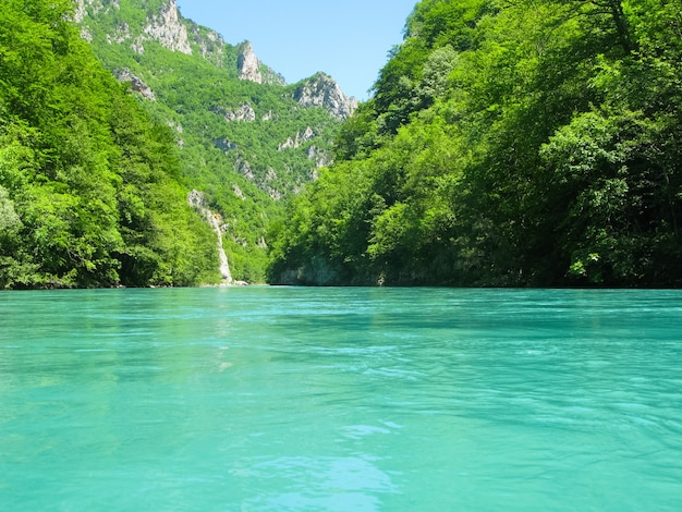 Bateau de rafting sur la rivière de montagne rapide