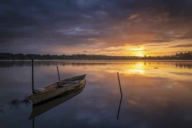 Bateau sur le rivage au lever du soleil