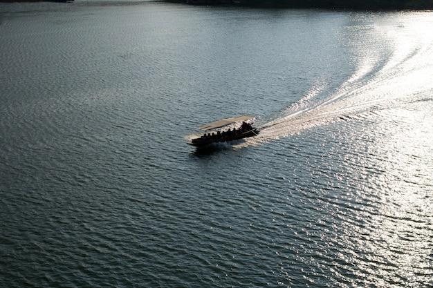 Bateau sur la rivière, kanchanaburi, thaïlande