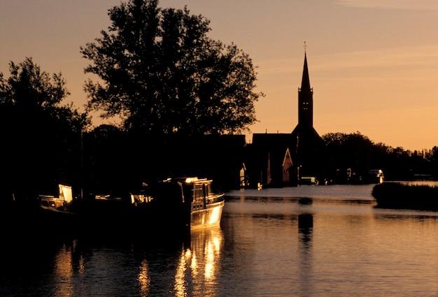 Bateau sur la rivière, ursum, hollande