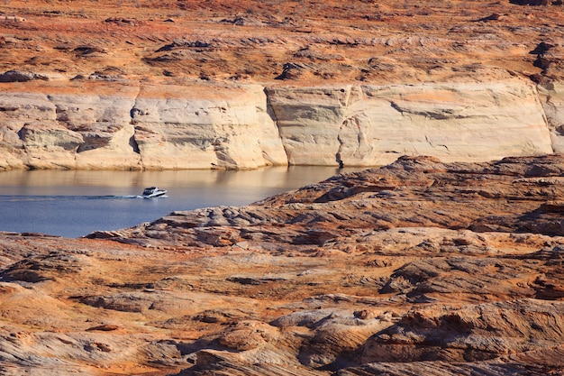 Bateau et rochers au lac powell
