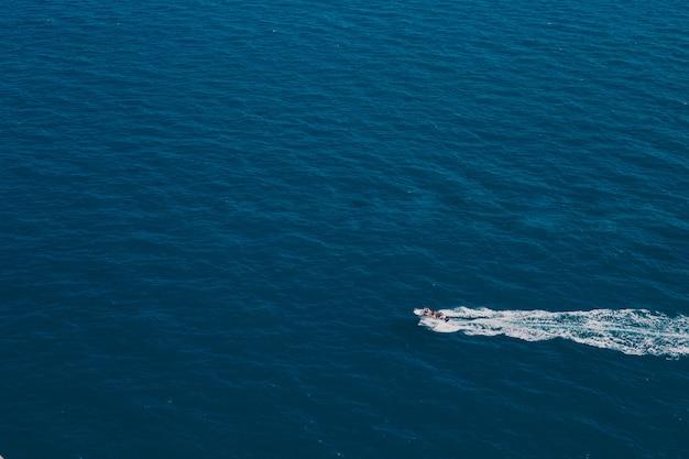 Le bateau roule sur l'eau.
