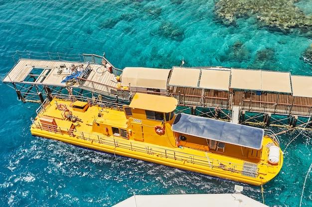 Bateau sous-marin jaune pour des excursions sous-marines en mer rouge