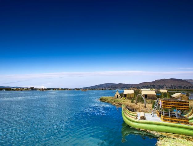 Bateau totora sur le lac titicaca près de puno, pérou