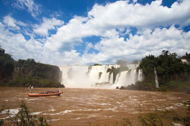 Bateau de tourisme aux cascades des chutes d'iguazu en argentine