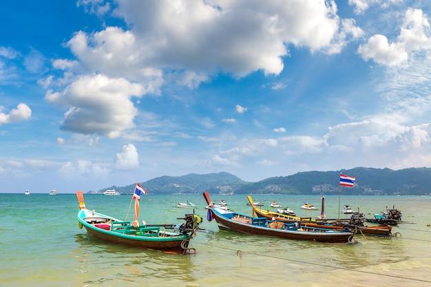 Bateau traditionnel à longue queue sur la plage de patong à phuket en thaïlande