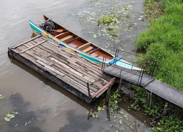 Bateau traditionnel à longue queue de style thaïlandais.
