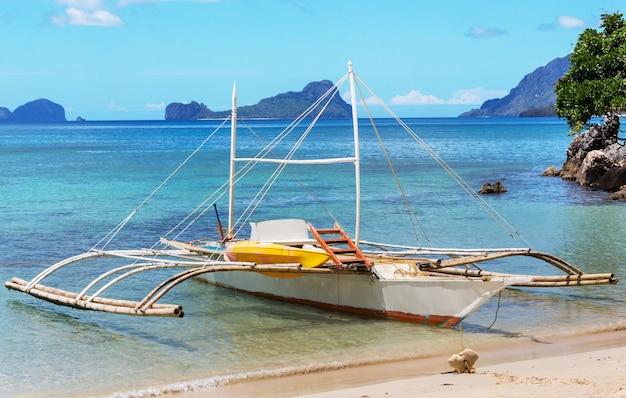 Bateau traditionnel philippin dans la mer, l'île de palawan, philippines