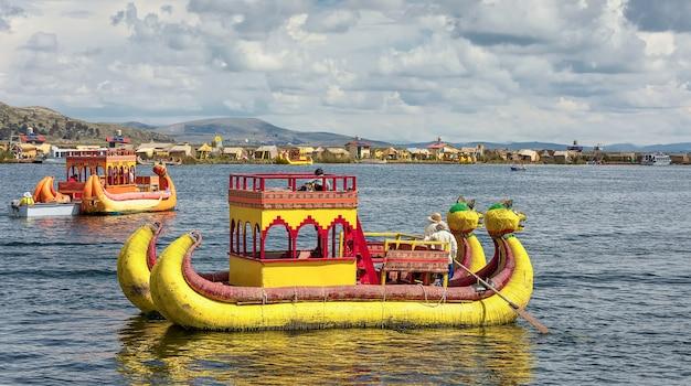 Un bateau traditionnel de roseaux totora sur le lac titicaca, puno. pérou, amérique du sud
