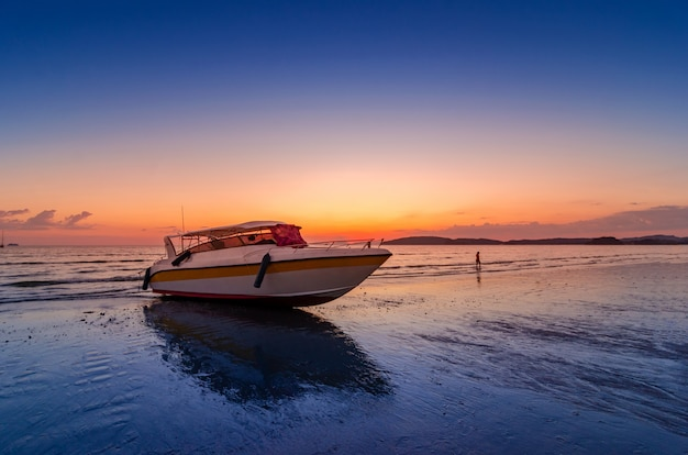 Bateau de vitesse de mer de soirée soir nuageux à ao nang krabi thaïlande