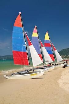 Bateau à voile sur la plage de patong, phuket, thaïlande