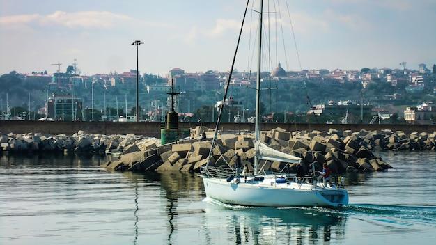Bateau à voile à quai dans le magnifique port de giulianova dans les abruzzes, en italie. la photo est nichée dans un décor pittoresque et époustouflant qui laisse sans voix. un régal pour les yeux.