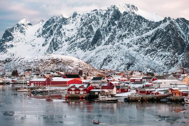Bateau, voile, village pêche, vallée neigeuse