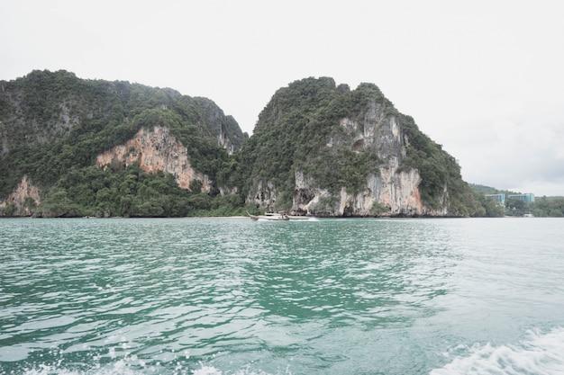 Le bateau voyage. railay bay à krabi