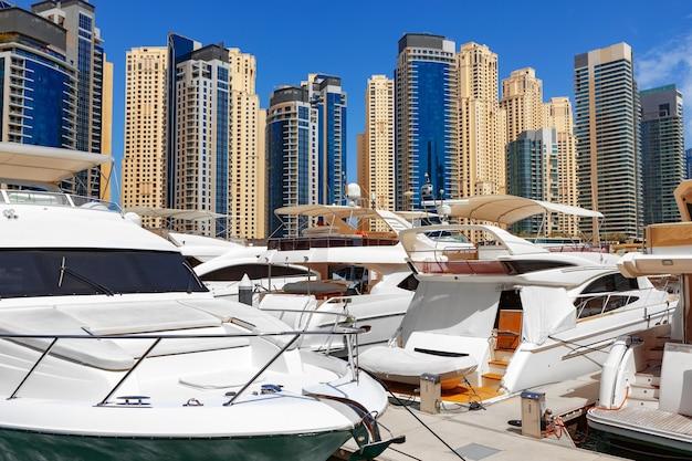 Bateau de yacht de mer contre des gratte-ciel de marina de dubai