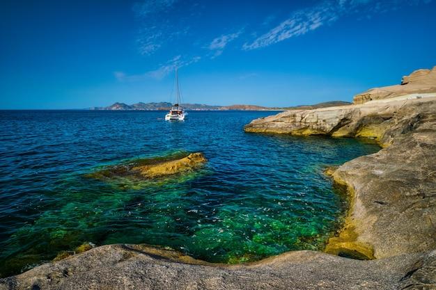 Bateau de yacht à la plage de sarakiniko dans l'île de milos de la mer égée en grèce