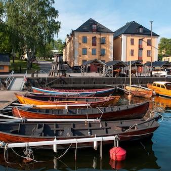 Bateaux amarrés dans un port, île de skeppsholmen, stockholm, suède