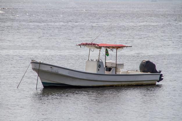 Bateaux ancrés dans la baie de guanabara à rio de janeiro, brésil.