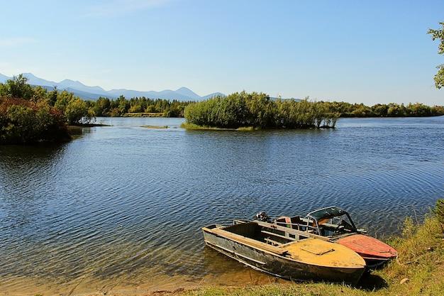 Bateaux au bord de la rivière
