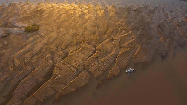 Bateaux bloqués par la sécheresse des rivières due au changement climatique