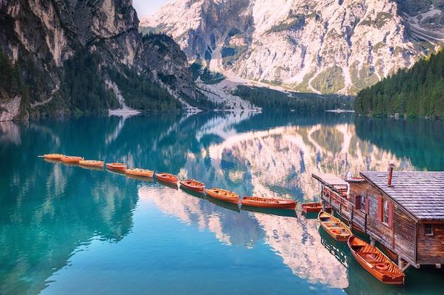 Bateaux en bois d'affilée sur lago di braies, italie