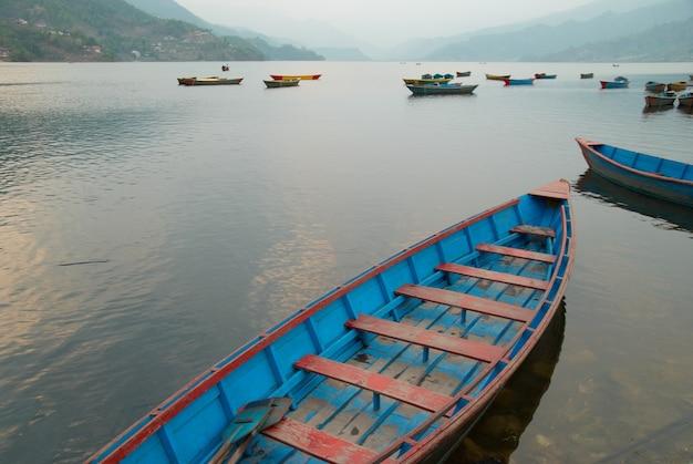Bateaux en bois sur le lac. népal soir.