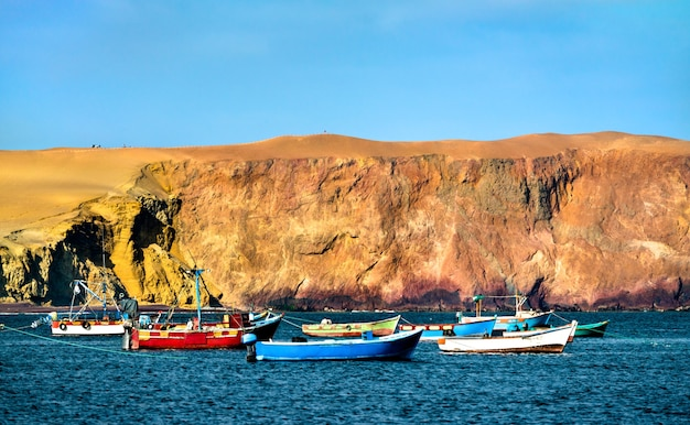 Bateaux en bois à la réserve nationale de paracas à l'océan pacifique au pérou