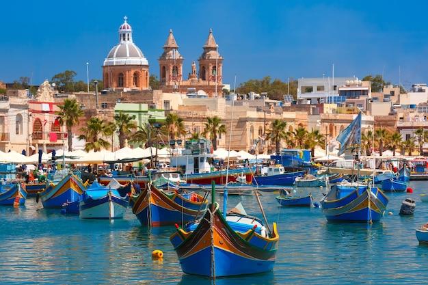 Bateaux colorés aux yeux traditionnels luzzu dans le port du village de pêcheurs méditerranéen marsaxlokk, malte