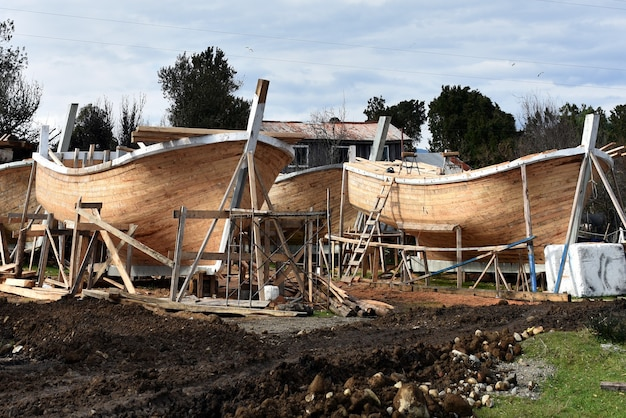 Bateaux en construction à la campagne
