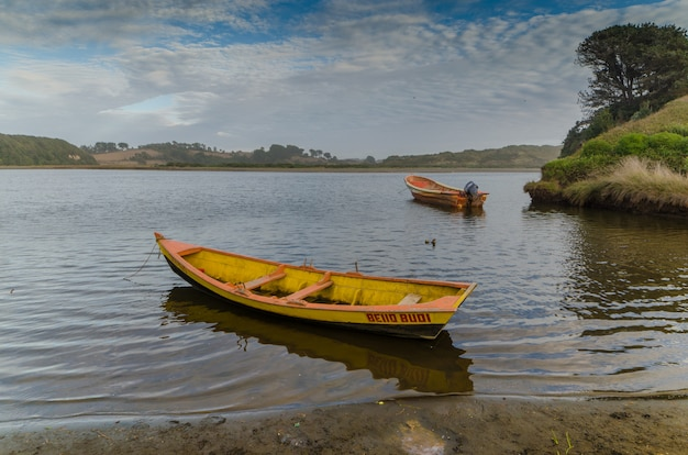 Bateaux dans le lac budi, puerto saavedra, région de l'araucanie, chili