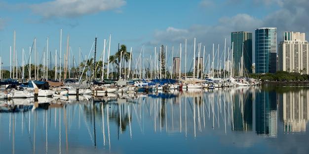 Bateaux dans un port, waikiki, honolulu, oahu, hawaï, états-unis
