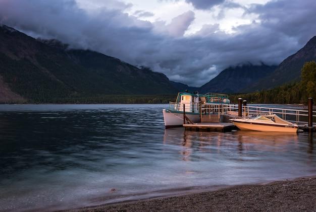 Bateaux ensoleillés au lac mcdonald